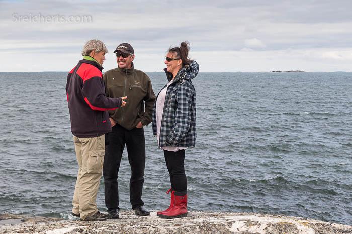 Ich rede mit Kaj und Katri auf der kleinen Lotzeninsel