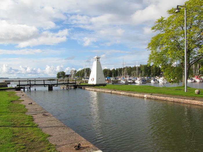 Ein Leuchtturm im Hafen von Sjötorp, hinten sieht man den Värnernsee