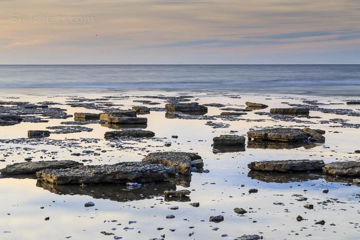 Felsplatten auf Felsenplatten im Wasser