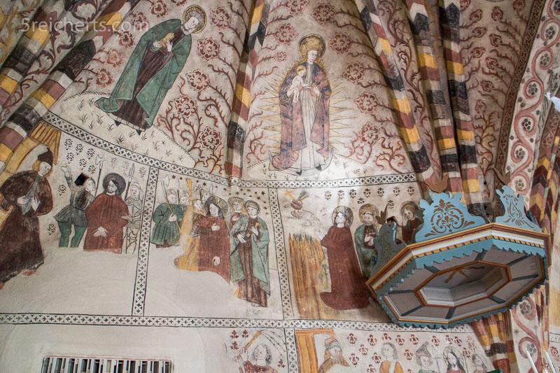 Heiligengemälde im Inneren der Kirche von Kumlinge. 1600 ISO, 1/30 s., Blende 4, ohne Blitz.