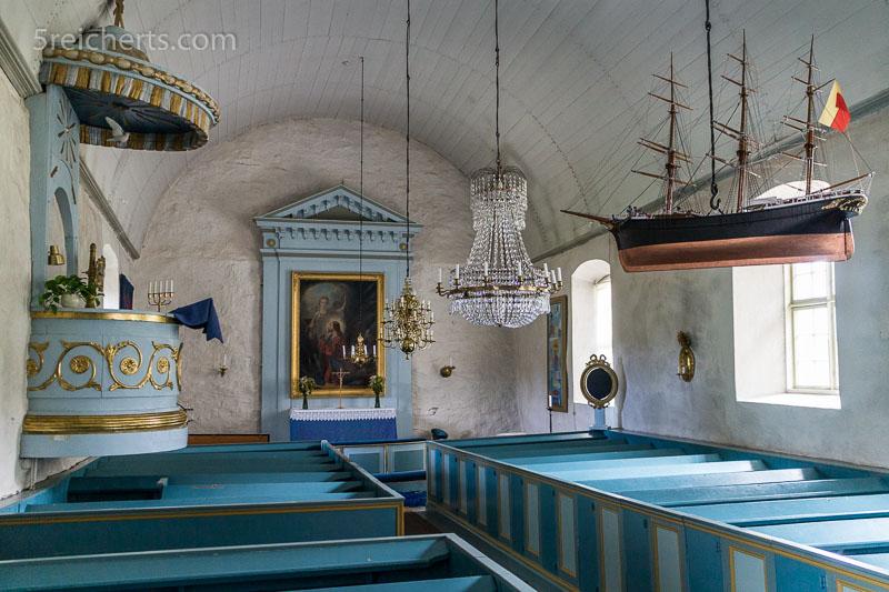 Das Innere der Kirche von Vardö. 800 ISO, 1/30 s., Blende 4, ohne Blitz.