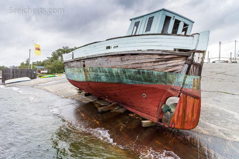 Altes Fischerboot auf den Granitschären auf Kökar. ISO 200, 1/160 s., Blende 8.