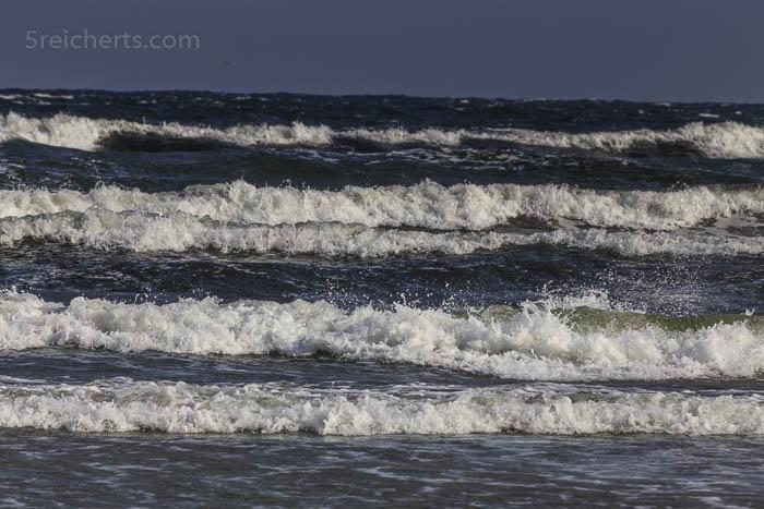 mächtige Wellen rollen auf den Strand zu