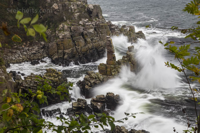 Wellen an den Heiligdom Klippen