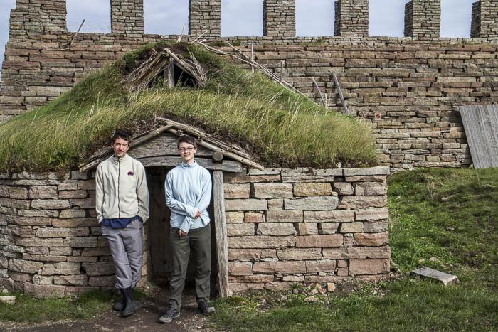 Noah und Amy in der Burg Eketorp