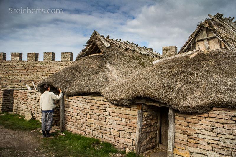 Noah erkundet die prähistorische Burg von Eketorp. ISO 200 1/250 s. Blende 10