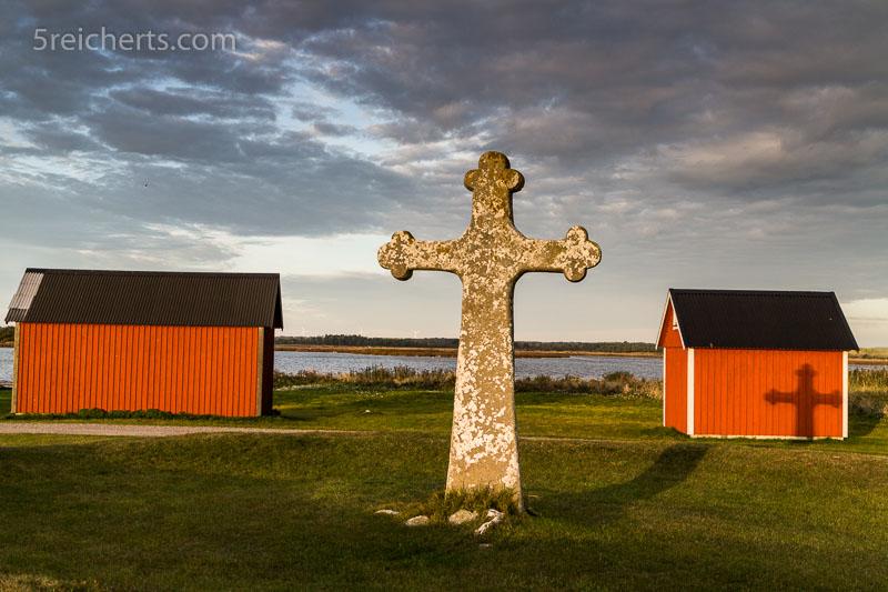 Das Kreuz von Kapelludden bei Sonnenaufgang. ISO 200, 1/160 s. Blende 8