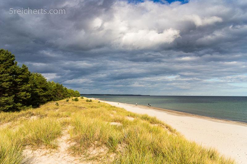 Dicke Wolken ziehen am langen Sandstrand der Böda-Bucht auf. ISO 200, 1/320 s. Blende 11