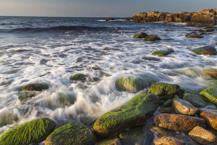 Felsenstrand und Wellen
