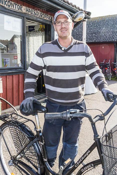 Der Hafenmeister Kenneth repariert die Fahrräder