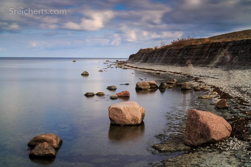 Langzeitbelichtung: Steilküste mit rosa Granitfelsen, Nord-Öland. ISO 200, 20 s. Blende 22, 1000-fach Graufilter, Stativ