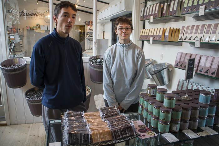 Noah und Amy im Bonbonladen im Hafen von Svaneke