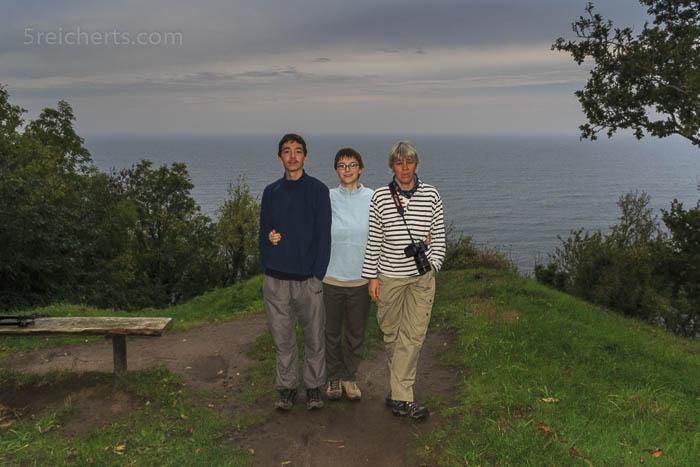Noah, Amy und Gabi vor dem Meer