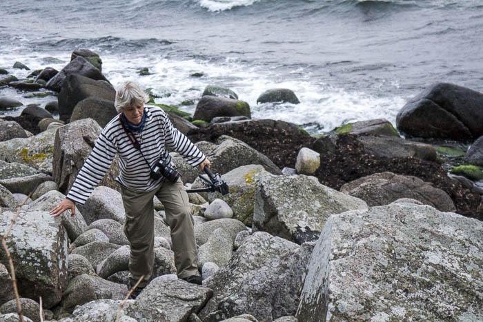 Gabi balanciert über die Felsen