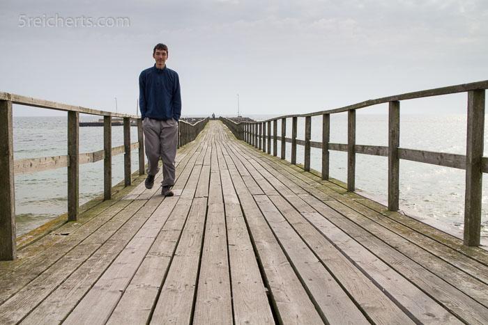 Noah auf der Holzbrücke zum Hafen