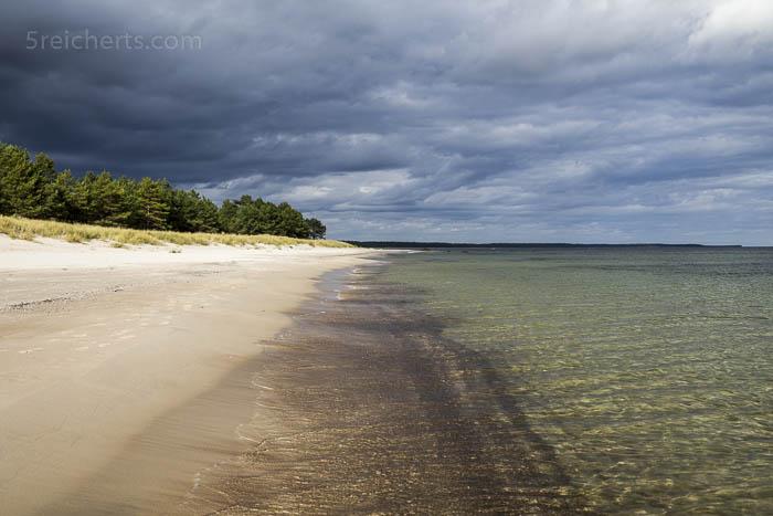 dunkle Wolken, klares Wasser