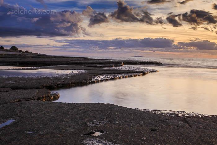 Die Felsplatten des Neptuni Strandes im Abendlicht