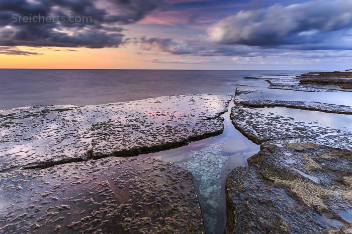 Gezeitenbeckenbecken mit hellen Kieselsteinen