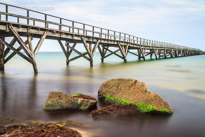 Eine Langzeitbelichtung der 200m langen Holzbrücke von Anager
