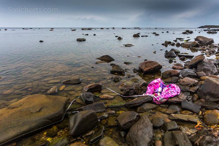Ein Kinderballon hat zwischen den Steinen sein letztes Helium ausgehaucht