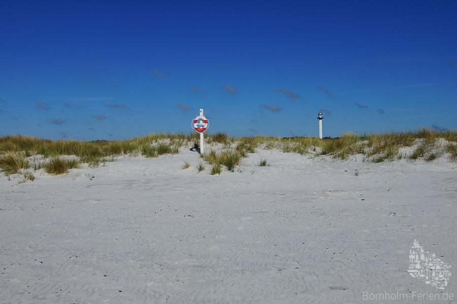 Der Sandstrand von Dueodde mit dem Leuchtturm Dueodde Fyr