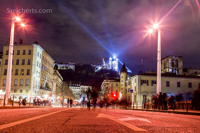 Das Licht über der Basilika Notre Dame de Fourvière scheint über die Stadt