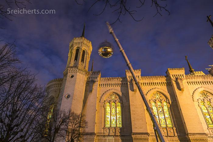 Die gigantische Kugel für die Lichtinstallation wird über die Notre Dame de Fourvière gehievt
