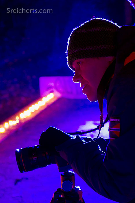 Gabi fotografiert mit Stativ in der winterkalten Nacht