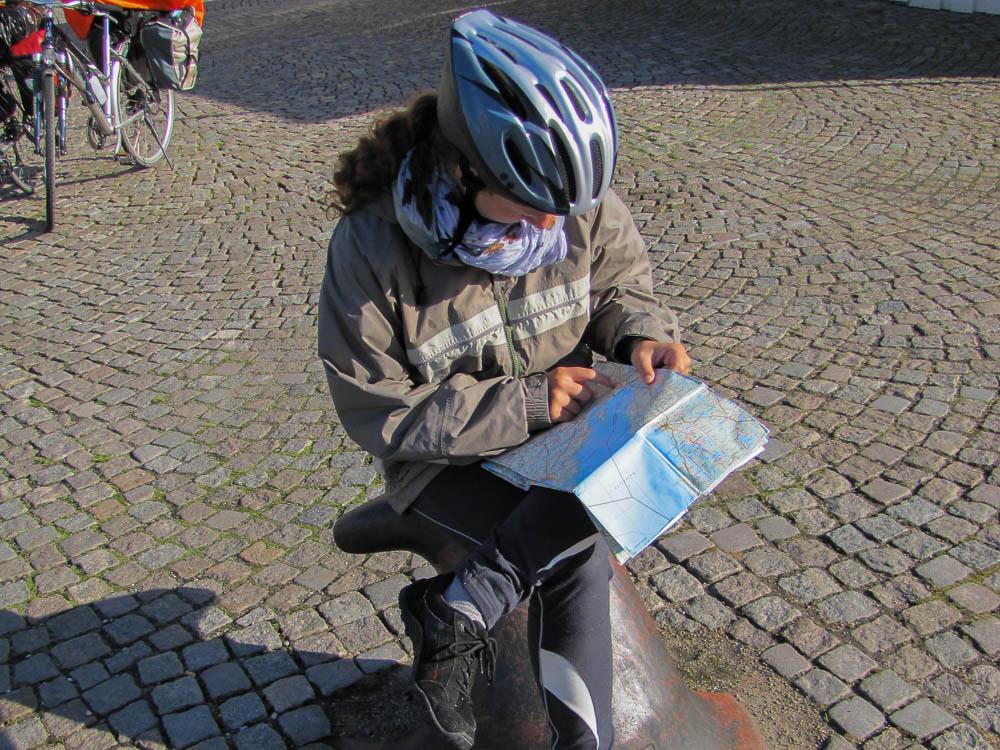 In einem Hafen am Värnernsee studiert Anja-Melanie die Karte.