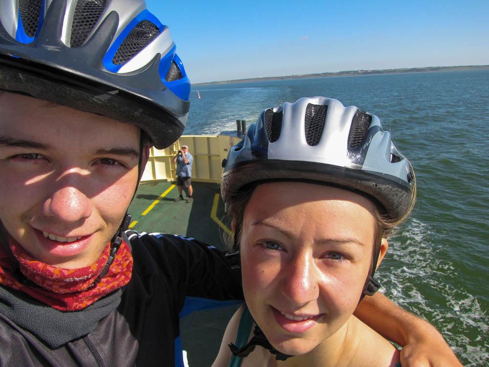Selfie auf einer kleinen Fähre in Dänemark. Wir werden schnell braun, da wir viel draußen sind.