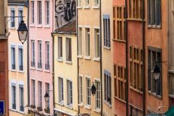 Eine mittlere Telebrennweite reicht, um  diese Altstadtfassaden atmosphärisch zu verdichten. 1/250 sec. f/8, ISO 400, 141 mm Brennweite.