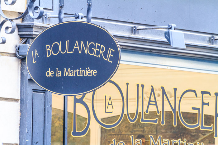 Schild einer Bäckerei. Die kleinen Familienbetriebe in den engen Gassen haben die besten Croissant und Baguettes. 1/20 sec. f/8, ISO 400, 300 mm Brennweite.