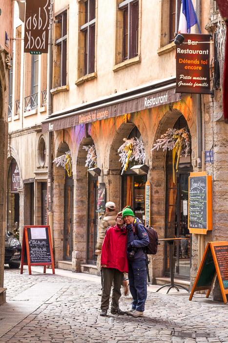 Gabi und Amy in der Altstadt. 1/30 sec. f/8, ISO 400, 70 mm Brennweite.