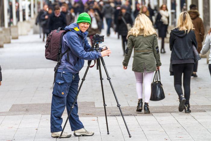 Gabi fotografiert in der Fußgängerzone. Durch die offene Blende hebt sie sich gut vom Hintergrund ab. 1/125 sec. f/5.6, ISO 200, 228 mm Brennweite.