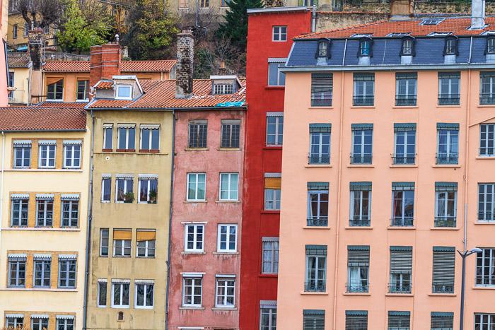 Häuserfront an der Saone. 1/30 sec. f/8, ISO 200, 114 mm Brennweite.