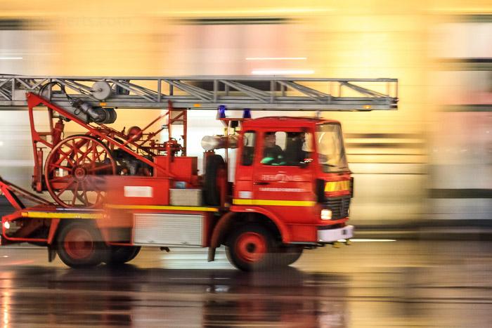 Feuerwehr in den Gassen. 1/6 sec. mitgezogen f/5.6, ISO 5000, 104 mm Brennweite