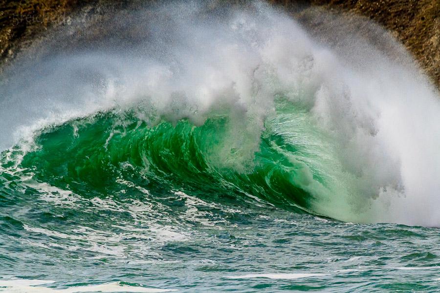 ISO 320, 1/800, f 8, Canon 7d, 400mm, sehr hohe Wellen, Fels im Hintergrund