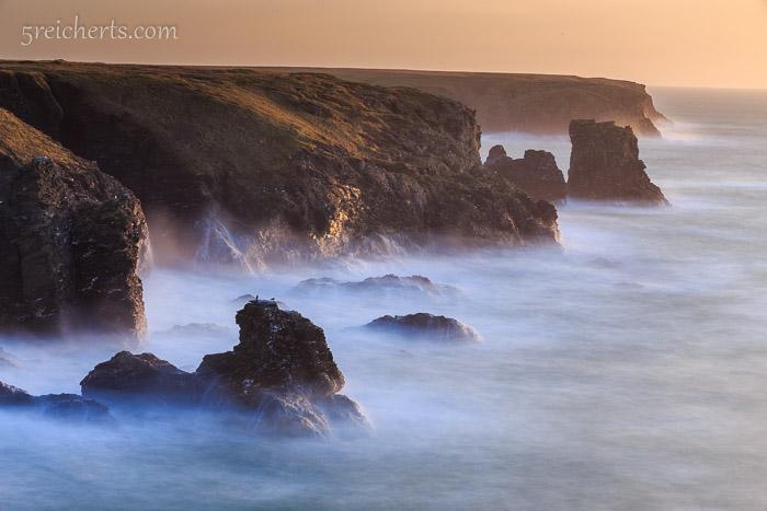 Felsen und Wellen, Langzeitbelichtung kurz vor Sonnenuntergang