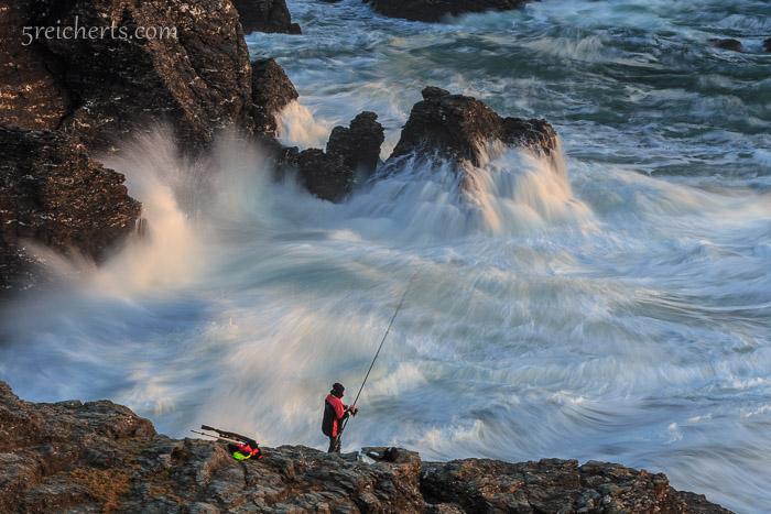 Angler und Wellen, relativ kurze Langzeitbelichtung