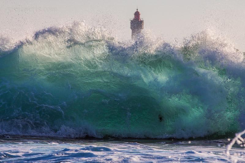 Leuchtturm hinter Welle