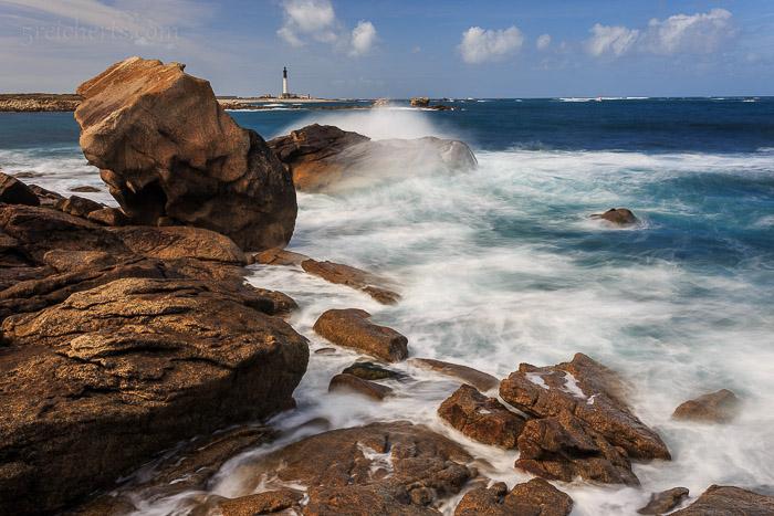 Felsenküste und Blick zum Grand Phare, Île de Sein