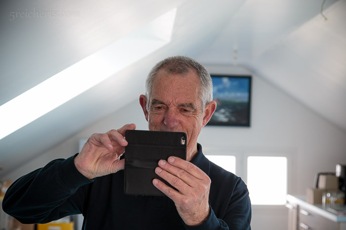 Ambroise, der Inseldoktor, der gern mit seinem Smartphone fotografiert