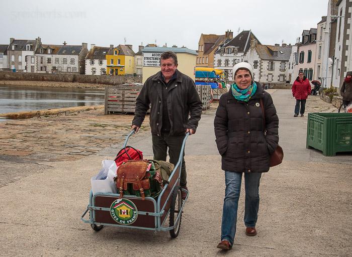 Mark und Lydia bringen ihr Gepäck zu Fähre - als Letzte, denn die Letzten werden die Ersten sein - beim Aussteigen :-)