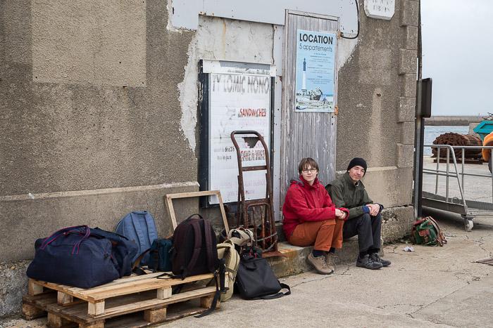 Amy und Noah mit dem Gepäck an der Fähre, Île de Sein