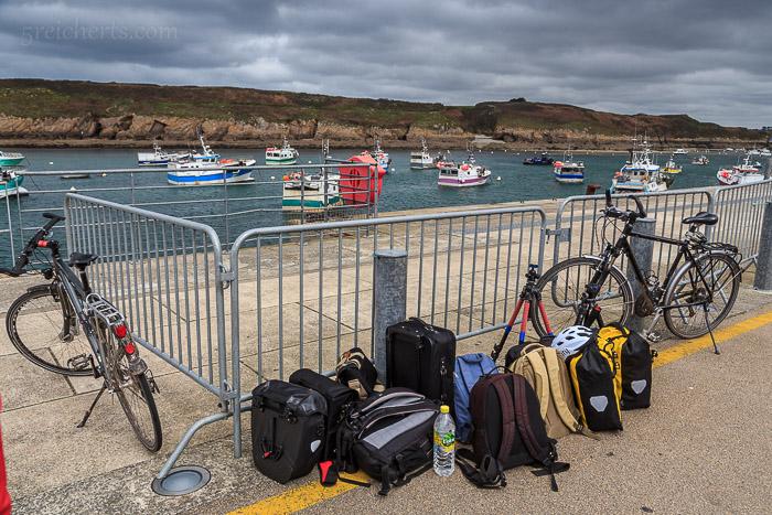 Gepäck und Fahrräder, wir warten auf die Fähre zur Île d'Ouessant