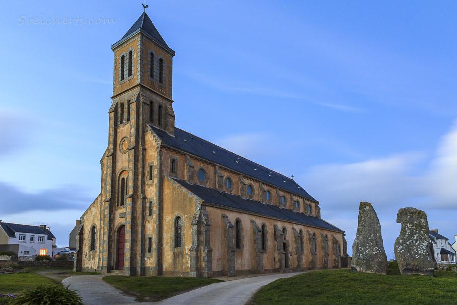 Die Kirche mit den beiden Menhiren