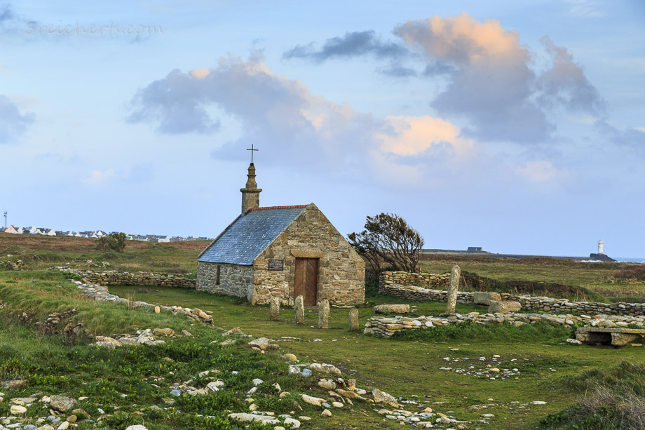 kleine Kapelle Saint-Corentin hinter dem Leuchtturm, Ile de Sein, Bretagne