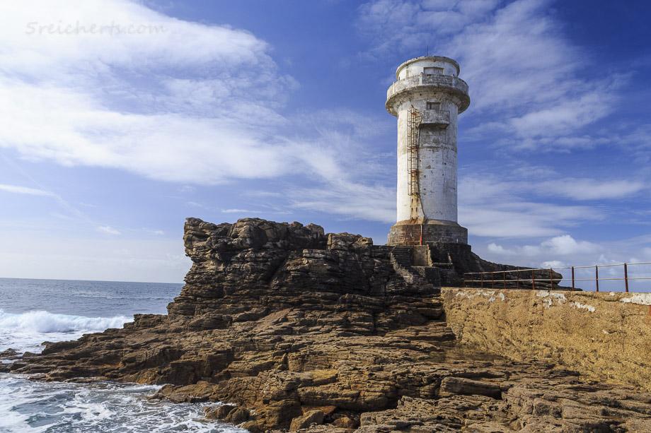 Dieses in die Jahre gekommene Gebäude ist kein Leuchtturm, sondern ein Nebelhorn, dass bei schlechter Sicht die Seefahrer warnt.