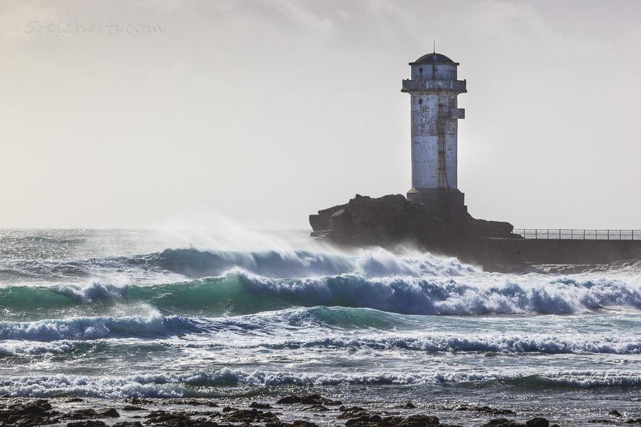 Wellen am Signalturm Ar Gueveur, Ile de Sein