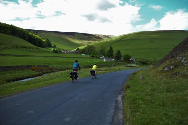 Auf dem Weg nach Edinburgh auf einer ruhigen Landstrasse